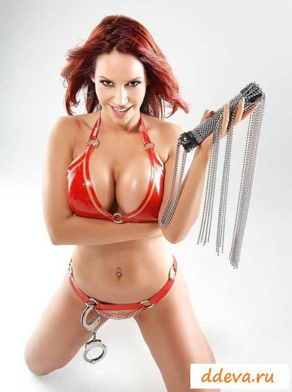 Обнаженка от девушки с красными браслетами