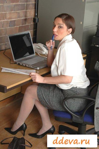 Блудливая секретарша задрала юбку